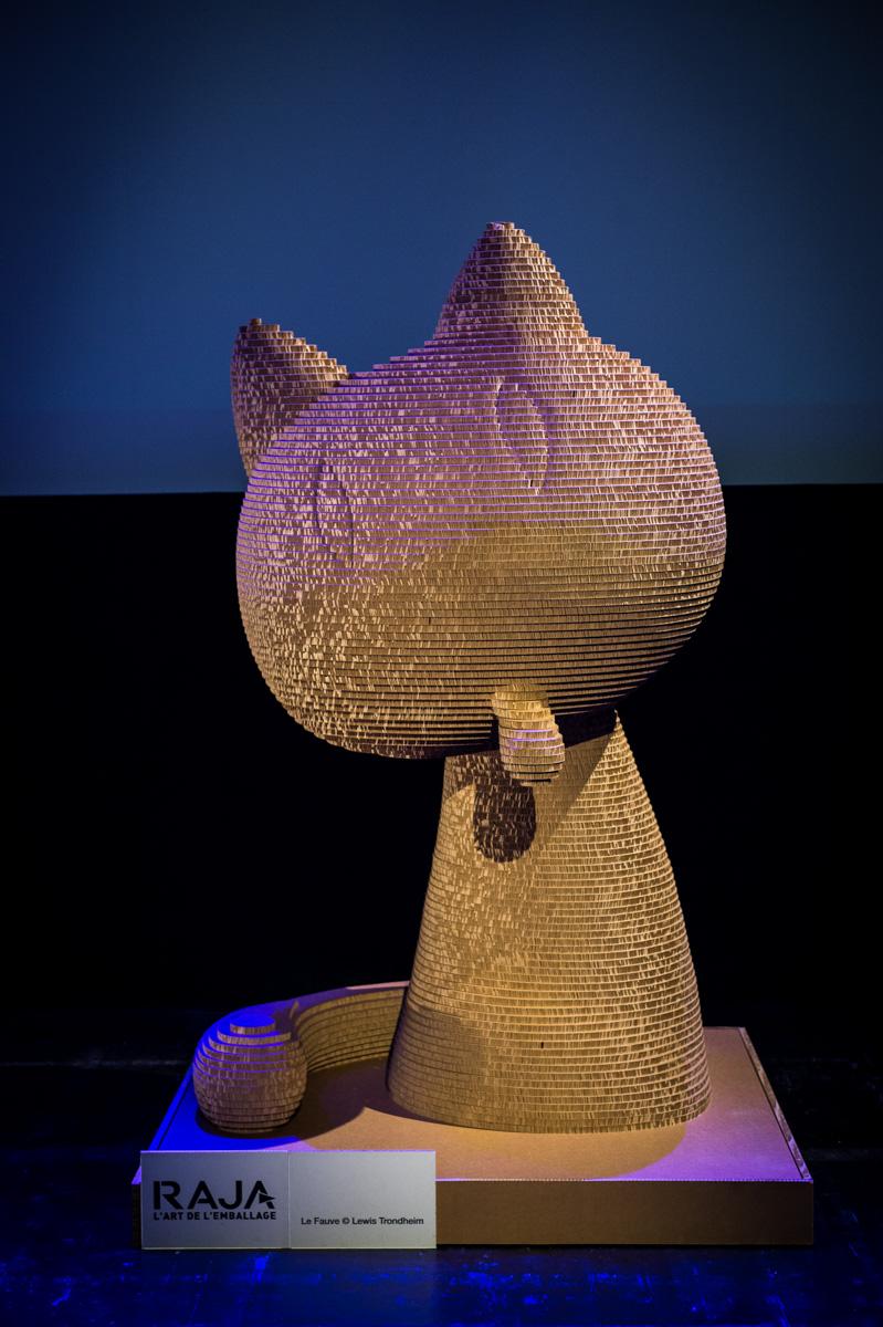 Cérémonie de Remise des Fauves, Théâtre d'Angoulême. Le Fauve en carton géant Raja sur la scène du Théatre d'Angoulême.