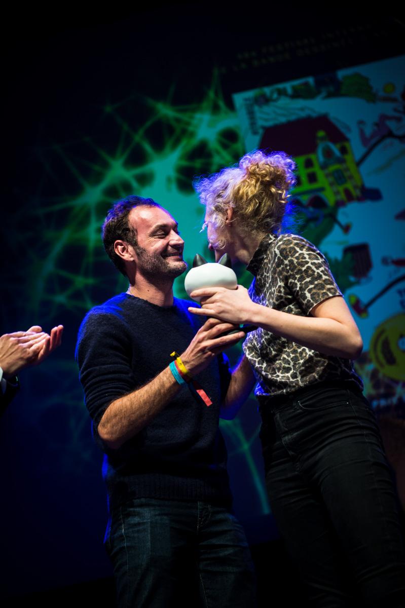 Cérémonie de Remise des Fauves, Théâtre d'Angoulême. Augustin Trapenard, membre du Grand Jury 2019, remet le Fauve Révélation à Emilie Gleason pour 'Ted, drôle de coco'.