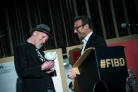 Cérémonie d'ouverture du FIBD 2019, l'Alpha. Stéphane Beaujean, directeur artistique du FIBD, remet le Fauve d'Honneur à Frank Miller.